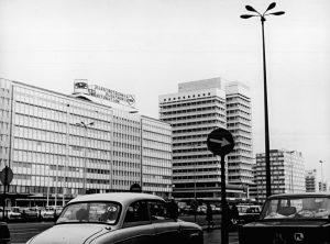 Das Haus der Elektroindustrie (links) und das Haus des Reisens (rechts) im Jahre 1972