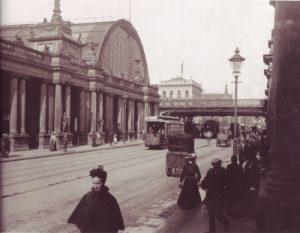 Der Bahnhof Alexanderplatz mit den Königskolonnaden 1904