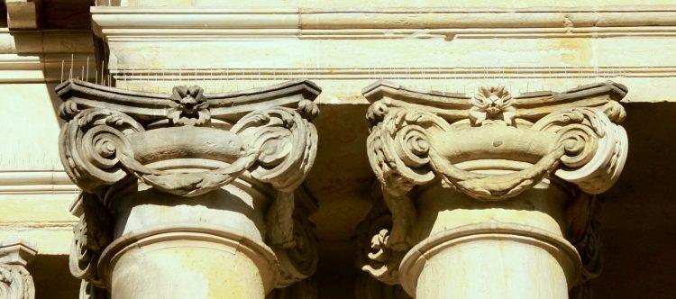 Säulenkapitelle an den Königskolonnaden