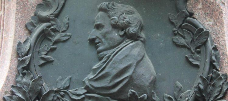 Moses Mendelssohn am Lessing-Denkmal
