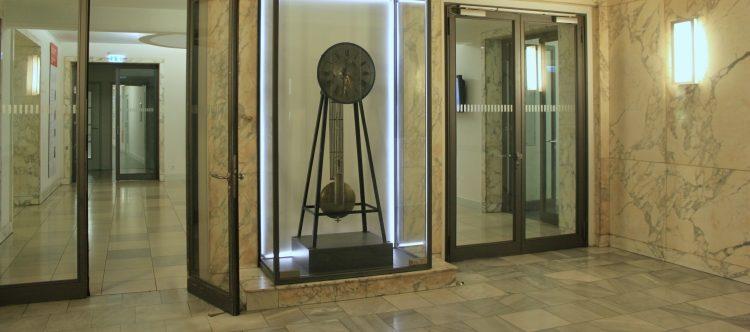 Die Akademieuhr im Foyer der Akademie der Wissenschaften