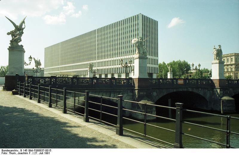 Schloßbrücke – 1991 – Mit Außenministerium der DDR