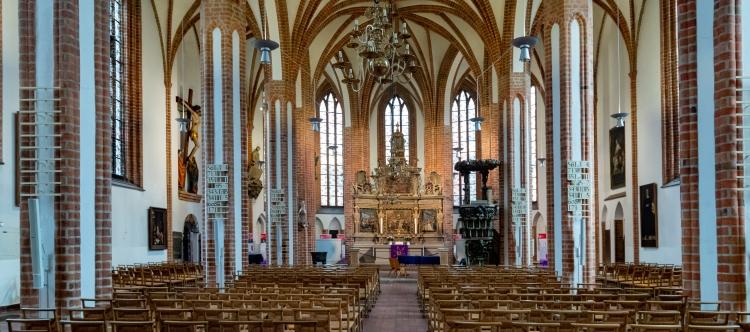 Das Hauptschiff der Spandauer Nikolaikirche mit dem Altar