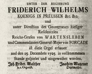 Die Aufschrift der Orgelplakette nach Johann Friedrich Walther.