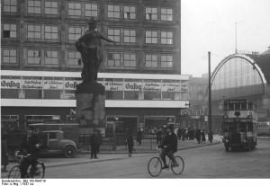6. Die Berolina auf dem Alexanderplatz um 1937.